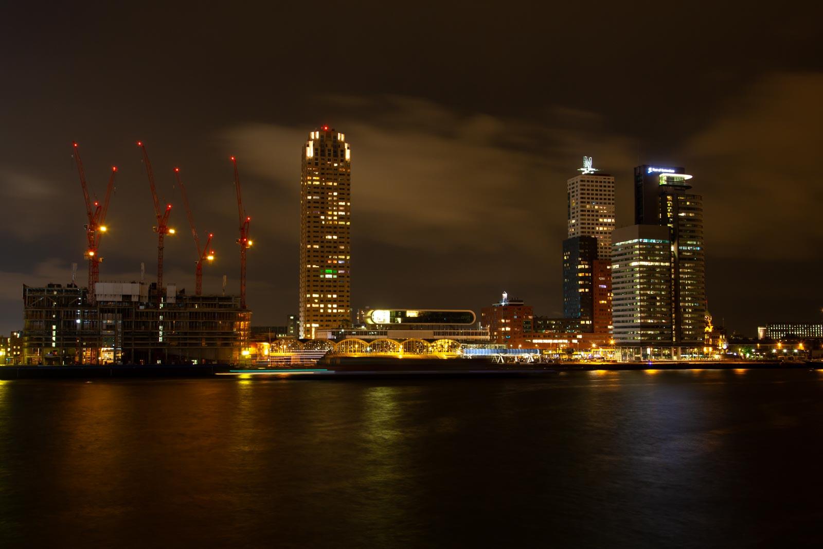 Nachtfoto van de Maas en Kop van Zuid in Rotterdam