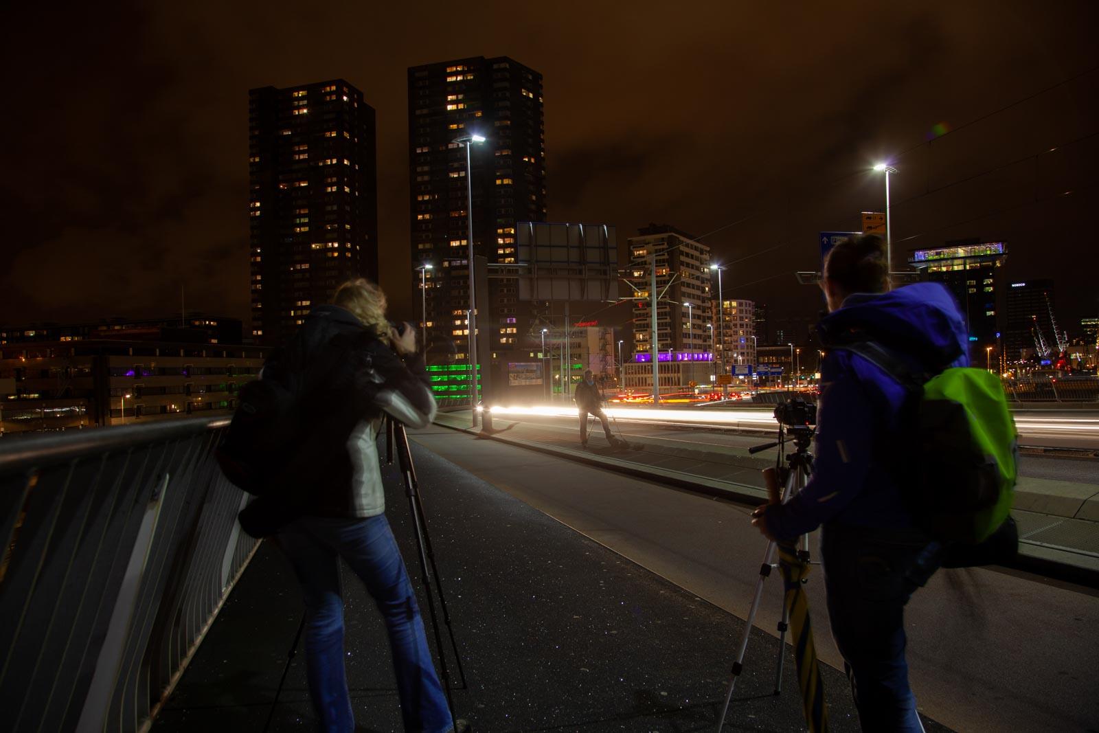Deelnemers van de workshop nachtfotografie op de Erasmusbrug
