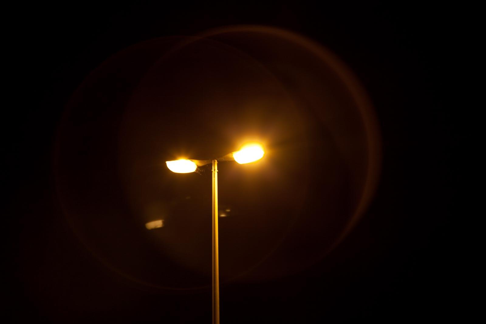 Nachtfoto met lensfrair van filter rond lantarenpaal