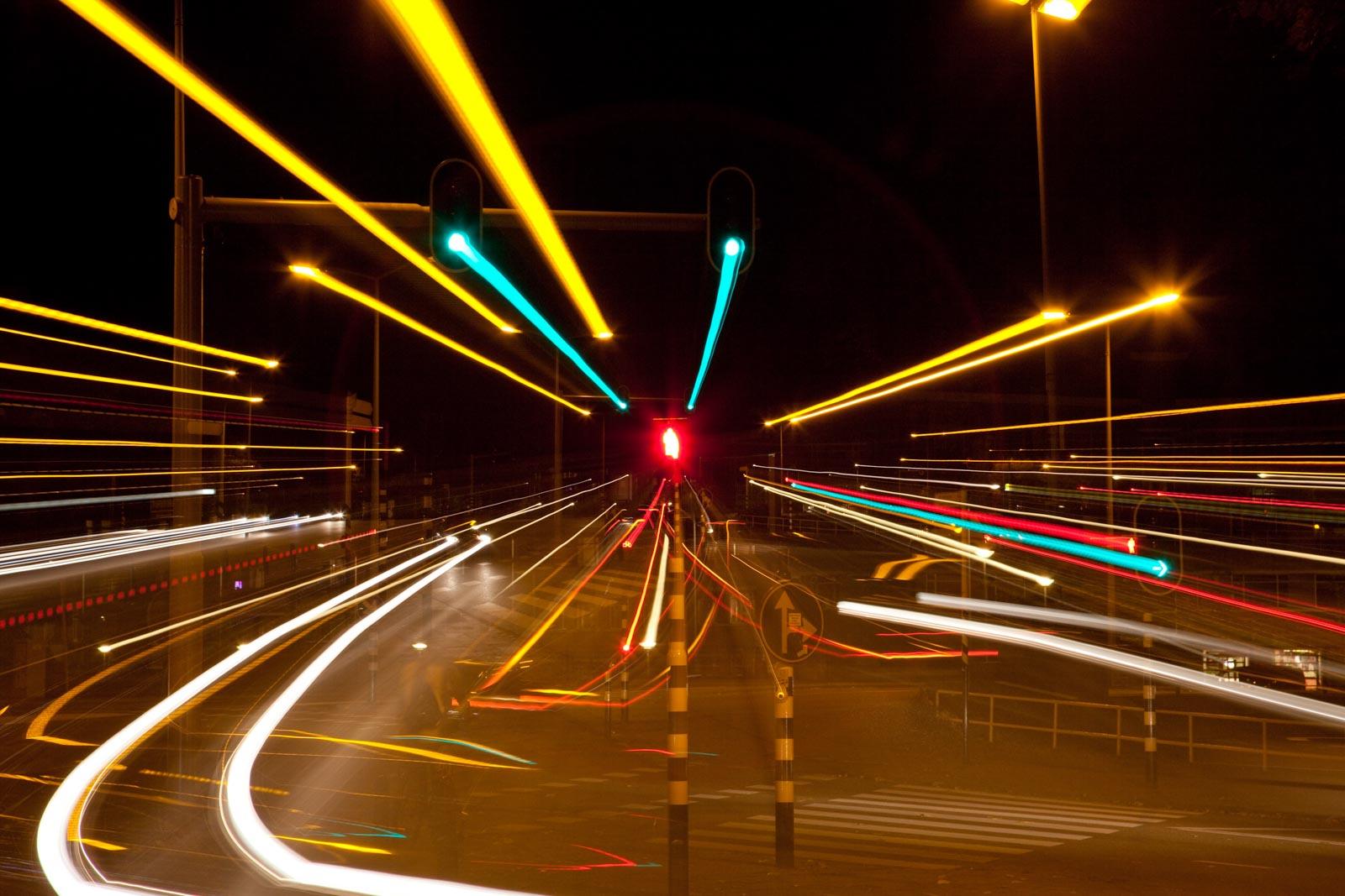 Nachtfoto van stoplicht waar op is ingezoomd