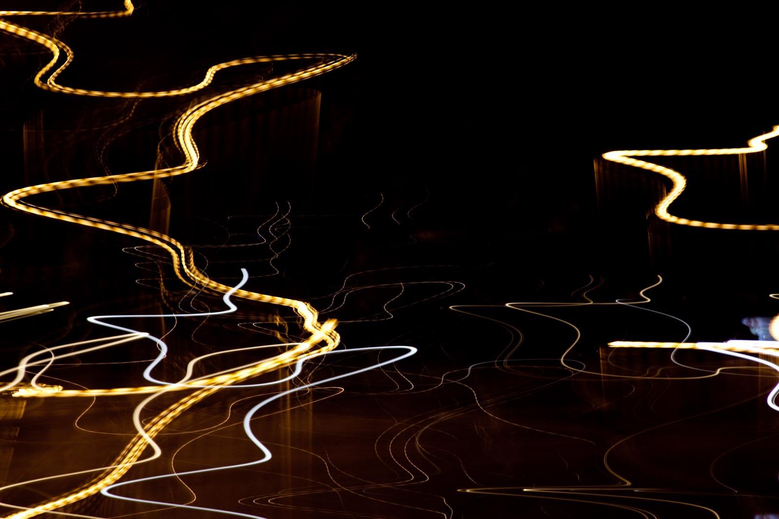 Nachtfoto met lichtstrepen