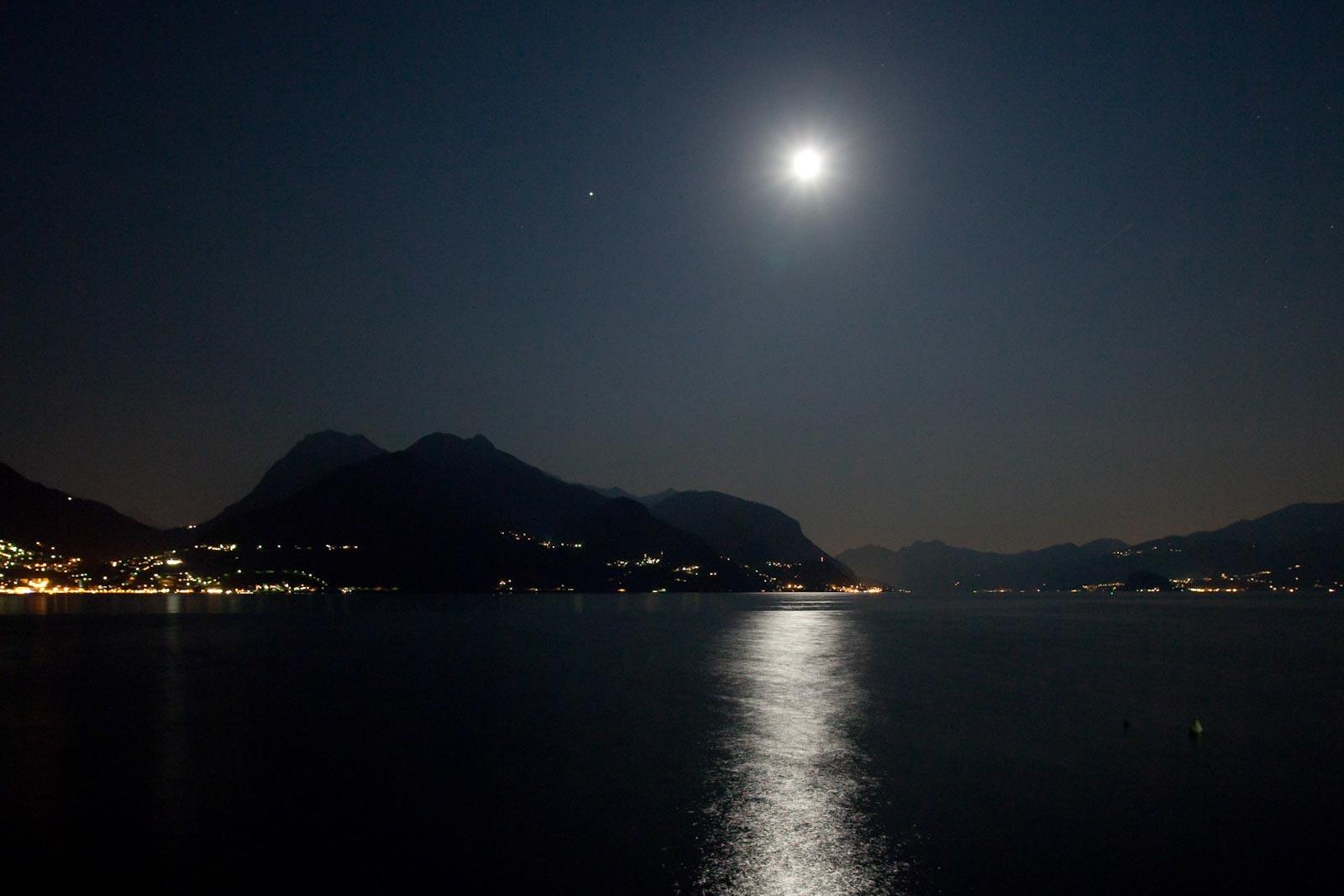 Maan in een meer in Italie
