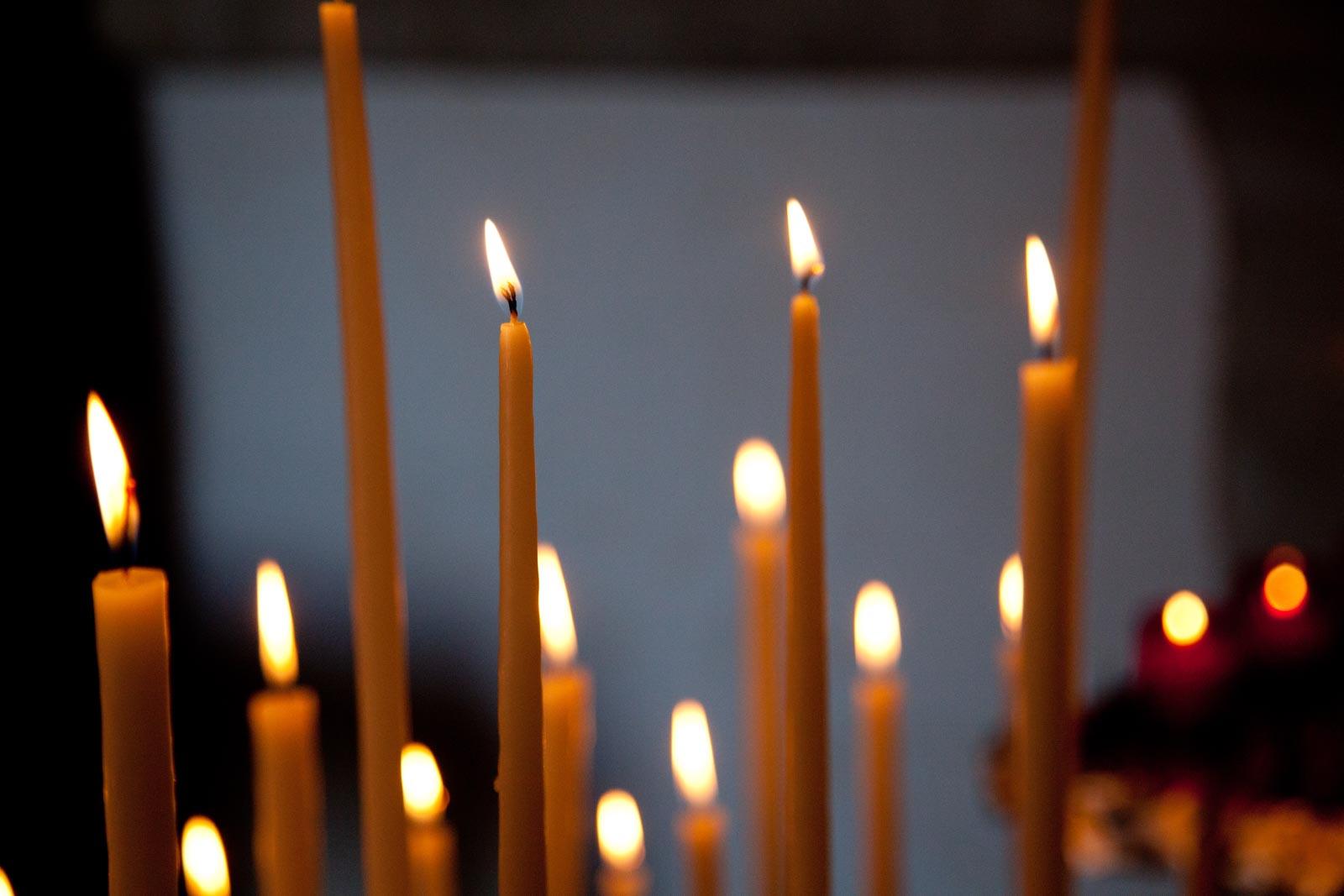 Foto van kaarsen in kerk in Frankrijk
