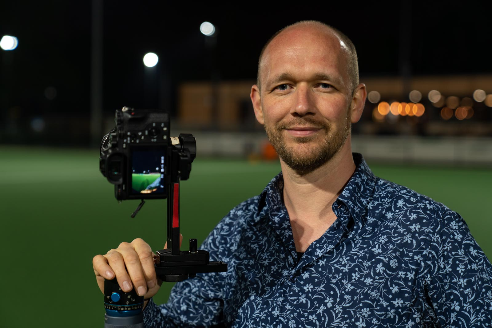 Portret van Redmar met camera in de nacht