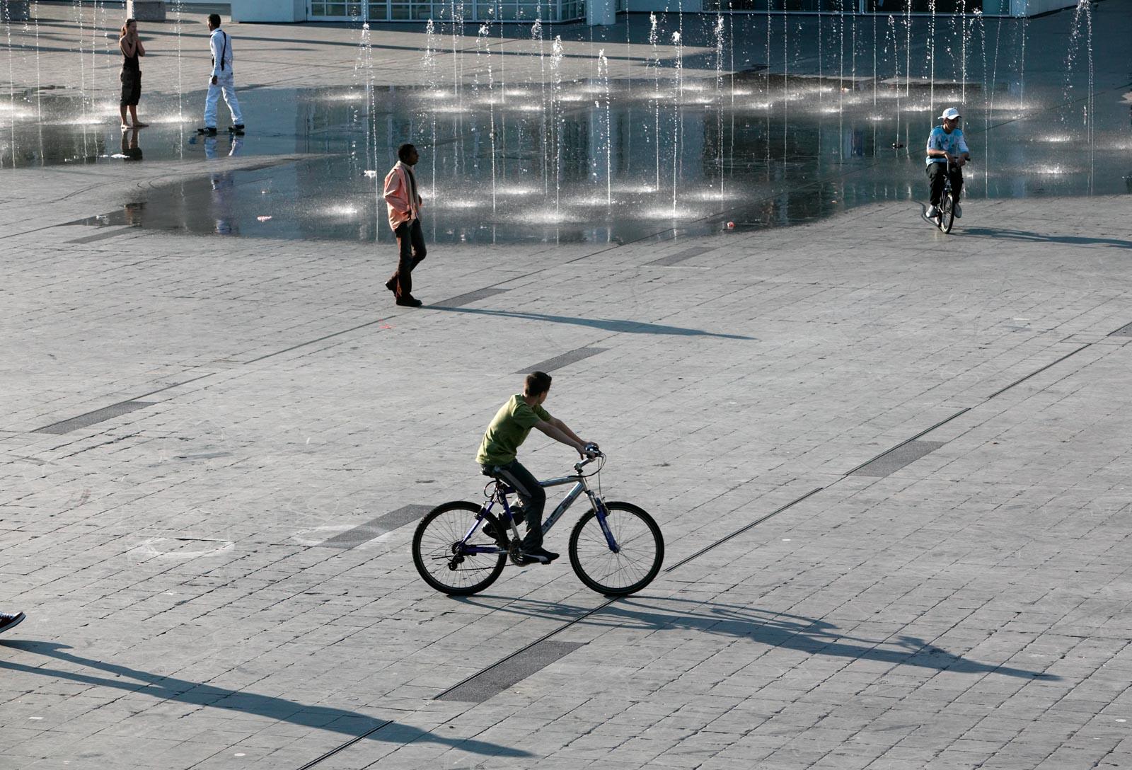 Fontein en mensen op het Spuiplein in Den Haag