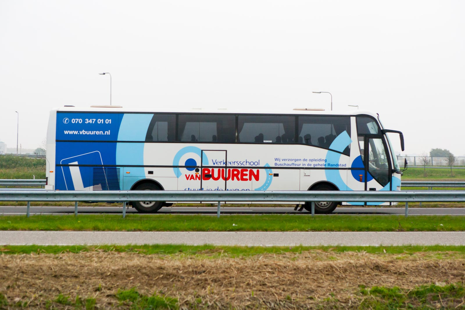 Bus op de snelweg met korte sluitertijd