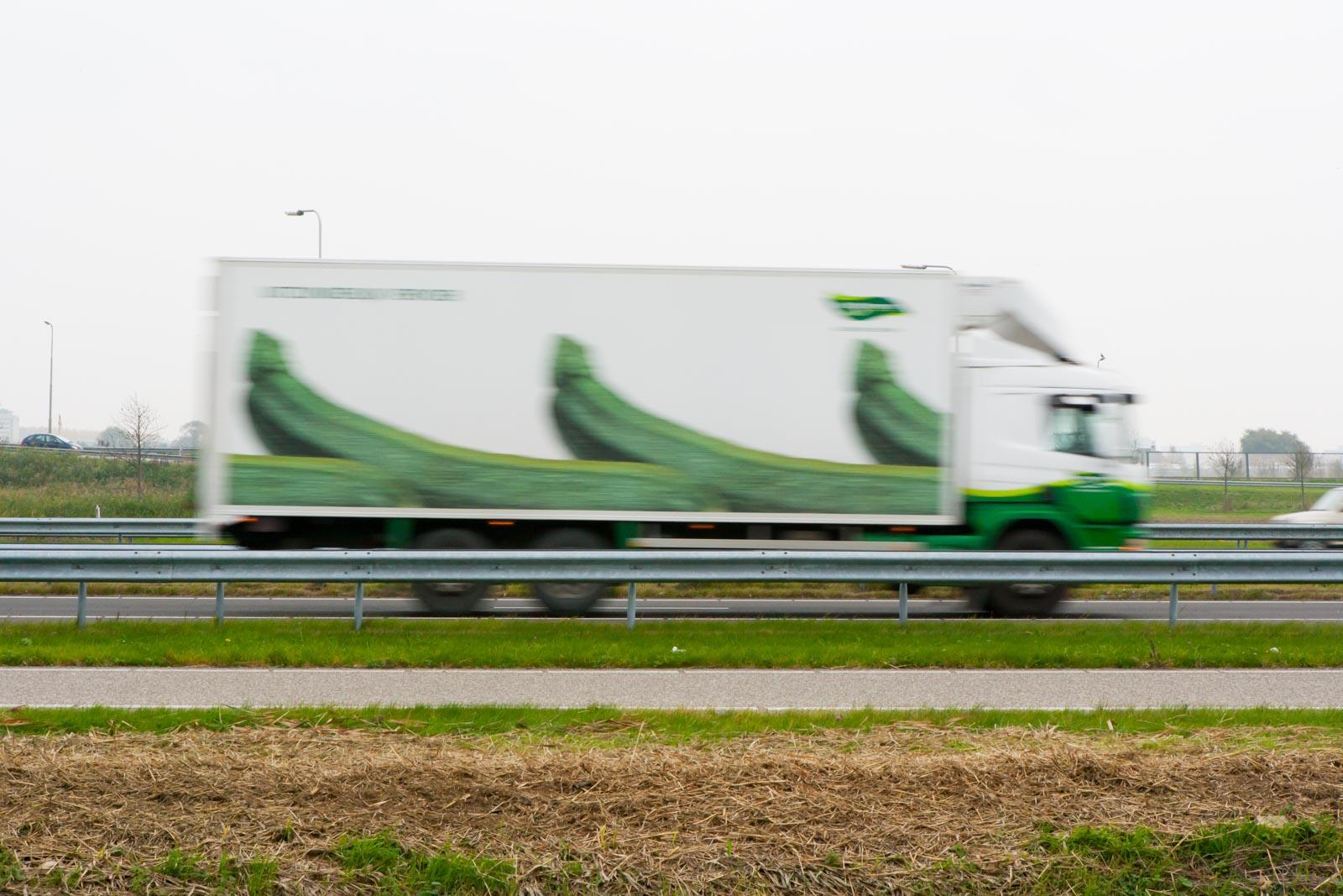 Vrachtauto op de snelweg met lange sluitertijd