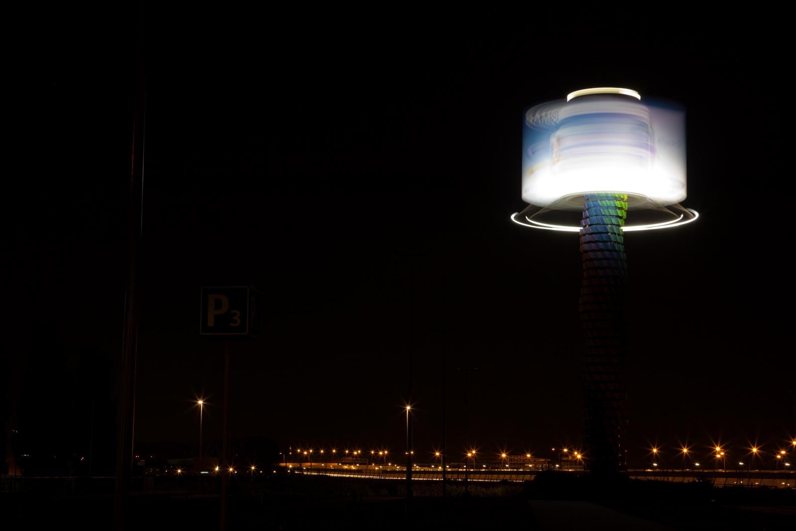 Nachtfoto van verlicht draaiend reclamebord