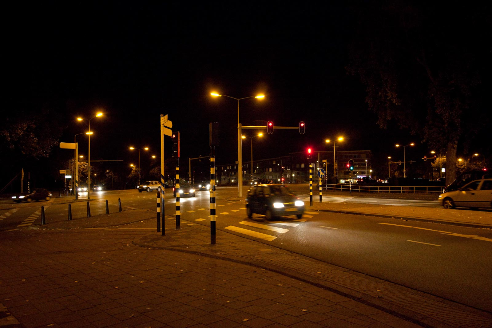 Nachtfoto van rijdende auto met korte sluitertijd
