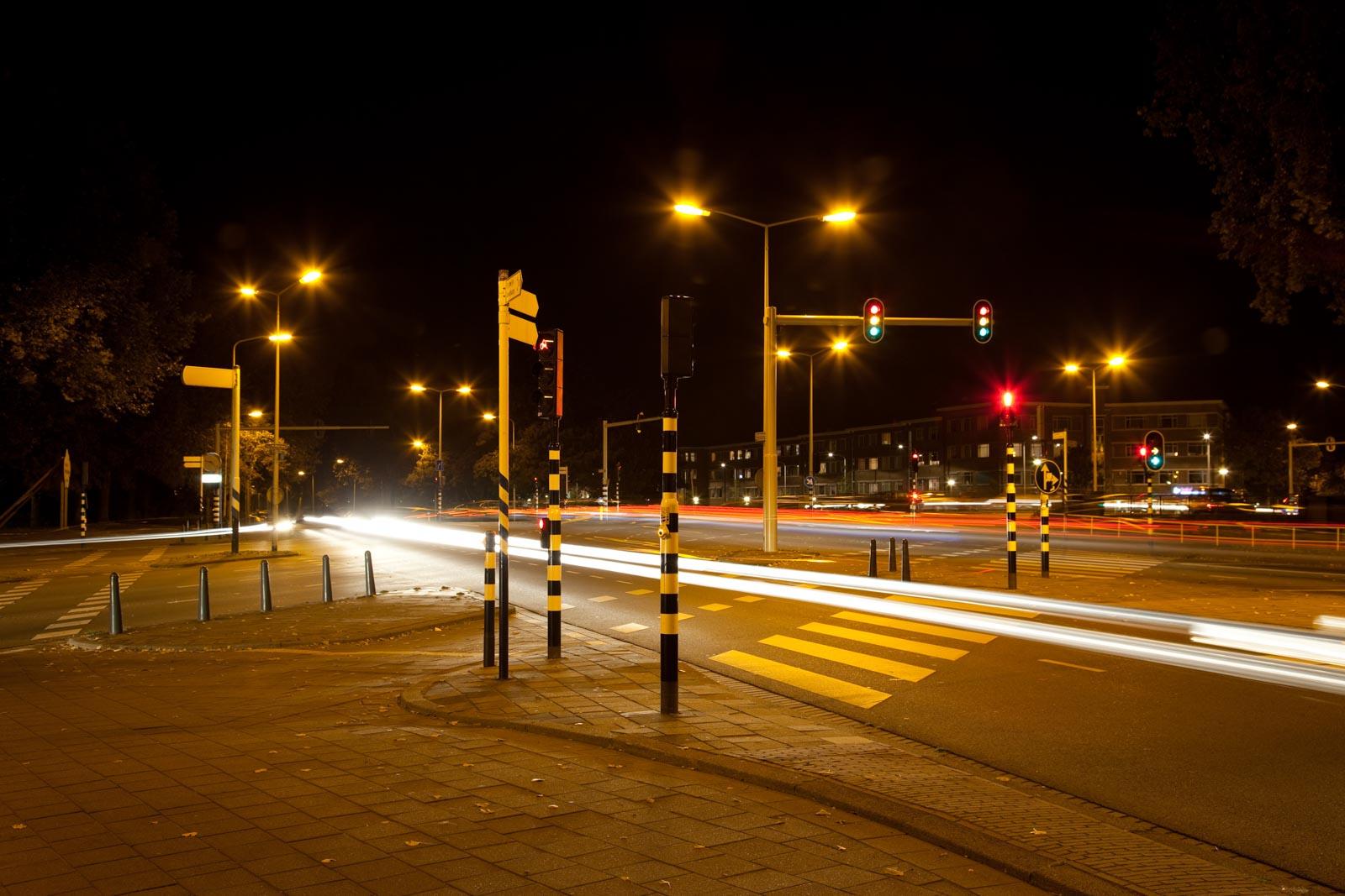 Nachtfoto van rijdende auto met lange sluitertijd