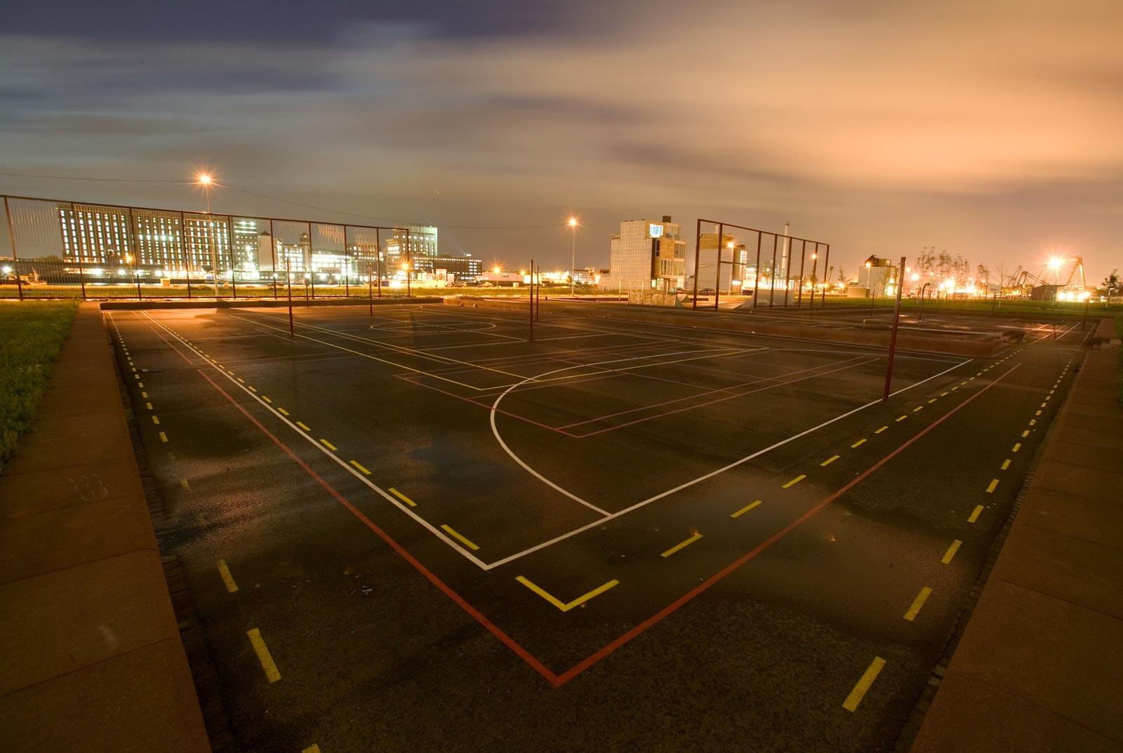 Nachtfoto op een geasfalteerd sportveld