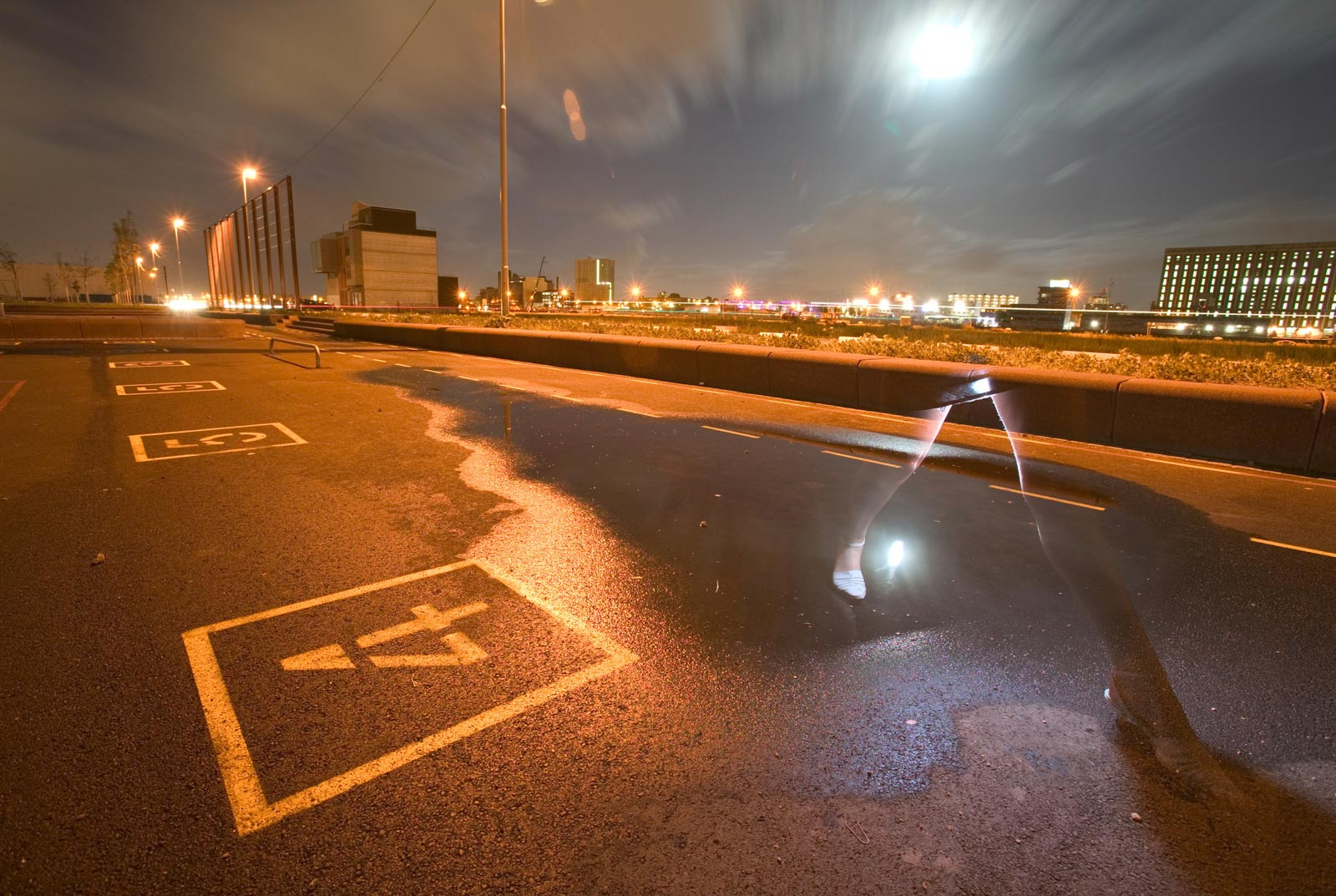 Nachtportret op een geasfalteerd sportveld